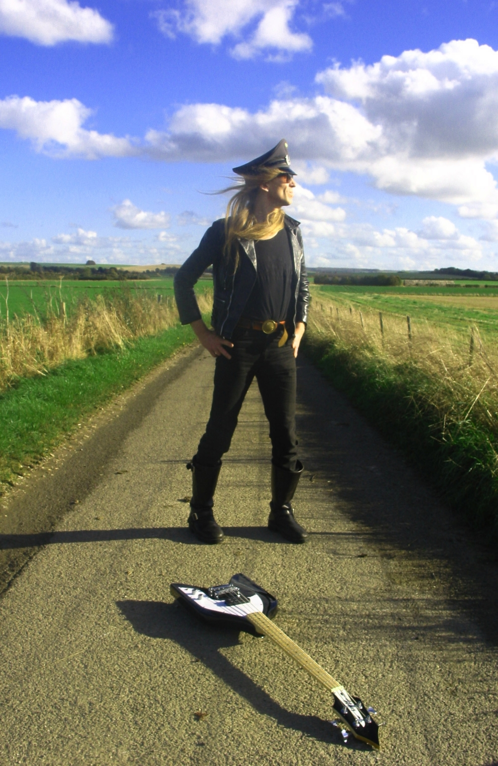 julian-cope-struggles-to-find-his-guitar-which-opted-for-the-hide-in-plain-sight-option